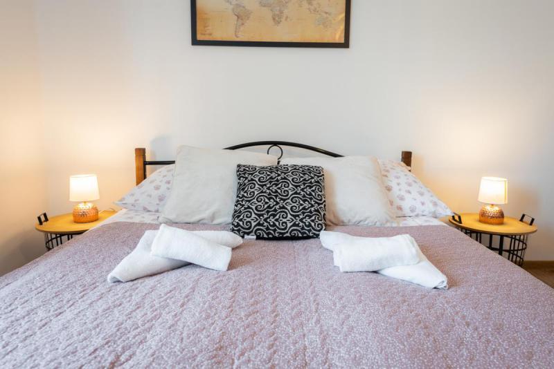 Łóżko dwuosobowe z ręcznikami na pościeli