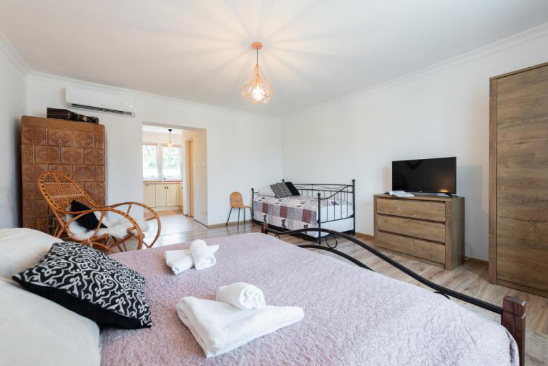 Rzut na pokój - łóżka, szafa, telewizor, piec kaflowy
