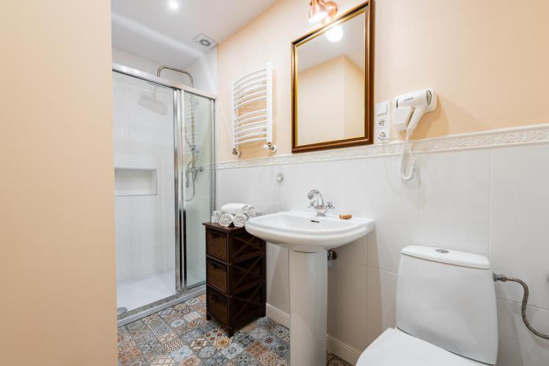 Łazienka z prysznicem i barwnymi płytkami