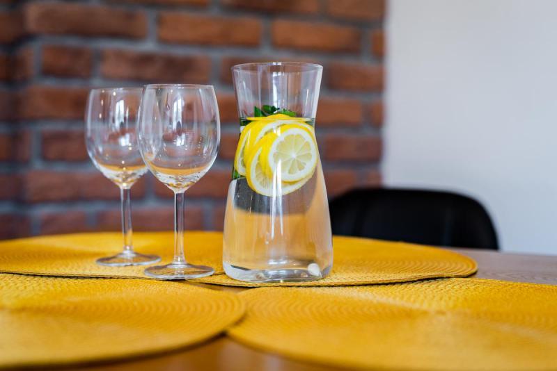 Kieliszki i woda z cytryną w karafce